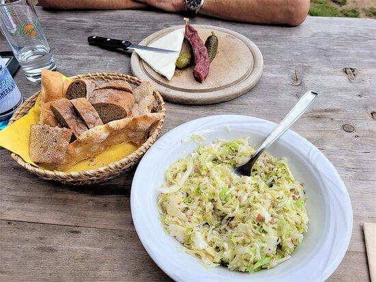 Salamino con pane, crauti con speck