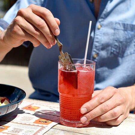 Коктейль Дон Лимон: два - в одном! На специальной ложечке мы подаём к нему сорбет каркаде. Если будете им закусывать коктейль - получите один вкус, если размешаете - другой. Ваш коктейль - ваши правила!