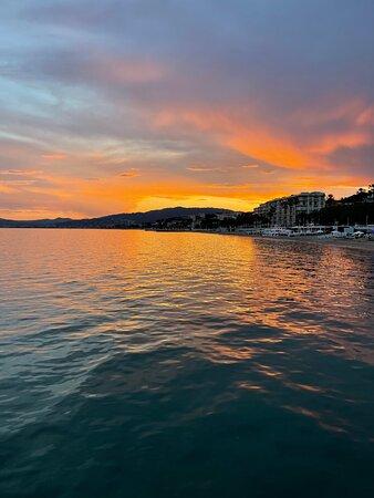 La Baie de Cannes est magnifique au crépuscule.
