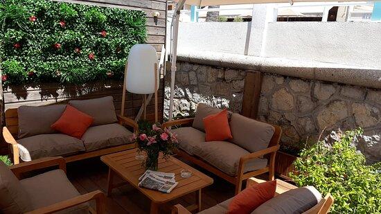 La terrasse regorge de petits coins où être bien, à l'ombre et entre amis !