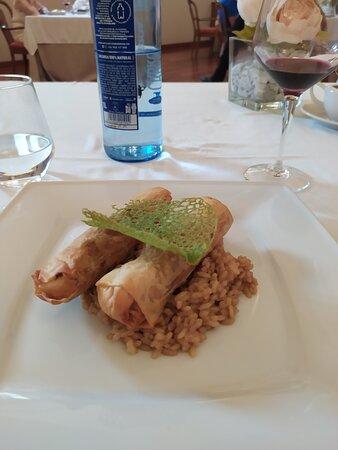 Restaurante Hotel Convento Las Claras en Peñafiel. Rollitos de lechazo con arroz meloso y parmesano. ESPECTACULARES Se come de lujo llevando la comida tradicional un paso más allá.