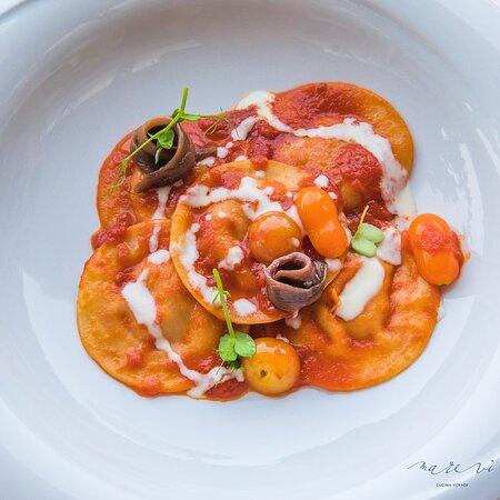 Ravioli ripieni di melanzana affumicata, fonduta di parmigiano e alici del Cantabrico