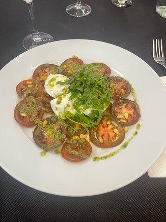 Salade tomates burrata pesto et pignons Bonne mais manque d'assaisonnement