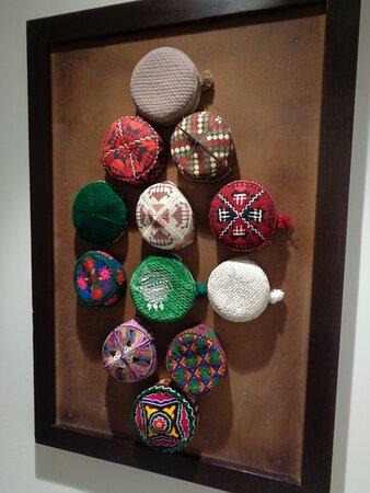 Na jednej ze ścian świetnie prezentowały się różnokolorowe tupitiejki . Tak nazywają się tu tradycyjne męskie nakrycia głowy .