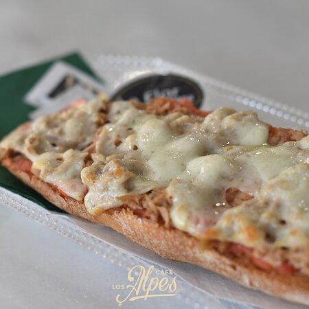 Tostada con base de tomate, atún y queso fundido, desayuno de campeones