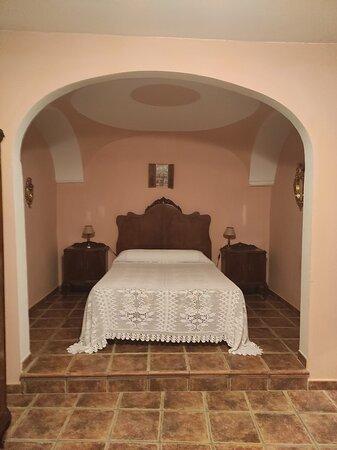 5- ALCOBA Típica alcoba castellana con dormitorio matrimonial, salón y chimenea. Incluye baño con jacuzzi. Precio: 100€ Descuentos por noche:      -3 noches: 10€      -4 noches: 20€        -5 noches: 30€