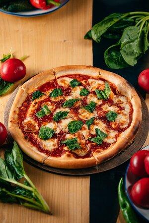 Маргарита  Традиционное тесто, фирменный томатный соус, сыр моцарелла, свежий шпинат, оливковое масло