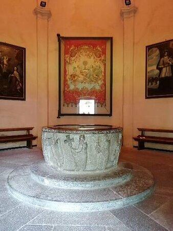 Fonte battesimale monolitico in pietra ollare del XII secolo.