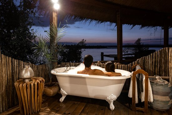 The bathtub in the Tree House  Photo by @cityfoodsters