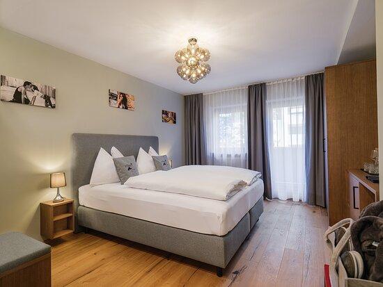 Art Double Standard - Sie verbringen Ihren Aufenthalt in einem Designzimmer, erwachen in einem gemütlichen Bett mit direktem Blick auf eine Auswahl unserer Kunstwerke. Der Balkon hält Sitzgelegenheiten bereit – die Aussicht ist inklusive.