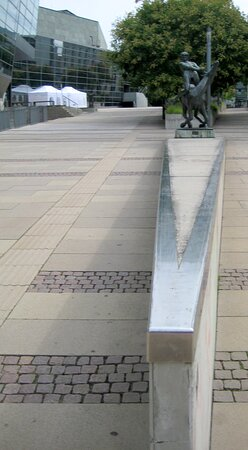 An der Erich ollenhauer Promenade. Linksseitig vom Kunstwerk, ist das Darmstadtium das Kongresszentrum. Rechts befindet sich die technische Universität von Darmstadt...