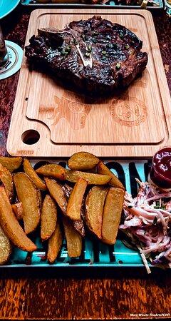 Irisches T-Bone Steak, 28 Tage Dry Aged ca. 600-700g, serviert mit hausgemachten Pommes und Coleslaw
