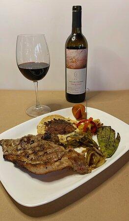 Corte de Sirloin 250 gr aprox con verduras al chimichurri quesadilla, cebollas y chiles toreados.  Copa de vino tinto de franes