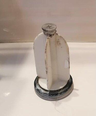 Tappo del lavandino, rimasto appositamente in quella posizione per 7 giorni nella speranza che la donna delle pulizie si accorgesse dello sporco e lo pulisse, ma purtroppo così non è stato.