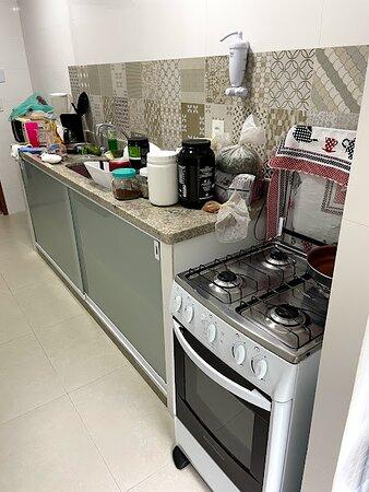 Cozinha (os alimentos a gente levou, mas já tem algumas panelas e afins para usar)