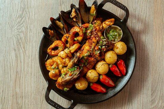 ARIILLITA MIXTA (1 persona)  pescado / calamares / camarones / pulpo / mejillones / chimichurri criollo / bolitas de yuca.