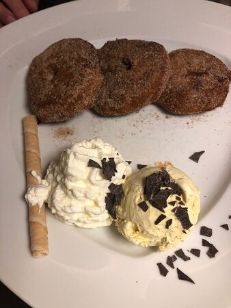 Apfelküchle mit Vanille-Eis im Hasen