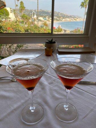 Λαγκούνα Μπιτς, Καλιφόρνια: Happy hour at Las Brisas in Laguna Beach, California… Old Fashions, seafood cocktail, endive with shrimp salad, and a surprise cheesecake to finish. Yummy 😋