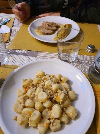 Gnocchi al sugo di coniglio e filetto di maiale (diciamo un boccone di filetto di maiale)