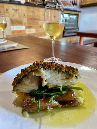 Cachaço de bacalhau com batata a murro e espinafres