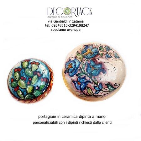 #Portagioie #Decortack in #ceramicadipintaamano personalizzabili con i dipinti richiesti dalle clienti. Ci troviamo a #Catania in via Garibaldi 7 tel. 095348510-3294198247. Spediamo ovunque. #artigianatosiciliano #creazionipersonalizzate #souvenirdisicilia