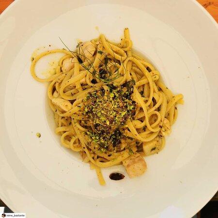 Uno dei nostri primi: Linguine al ragù di ricciola pescata, pistacchi di Bronte lime e zenzero Prepariamo anche i classici: Carbonara, Cacio e pepe, Amatriciana