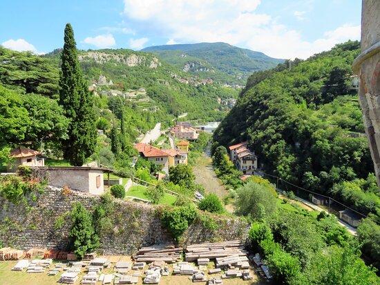 Vista sul fossato e sui monti ad est del castello