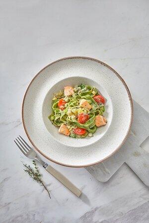 Зелёная паста со шпинатом. Готовим в сливочно-томатном соусе с песто, куриной грудкой и сладкими помидорами черри