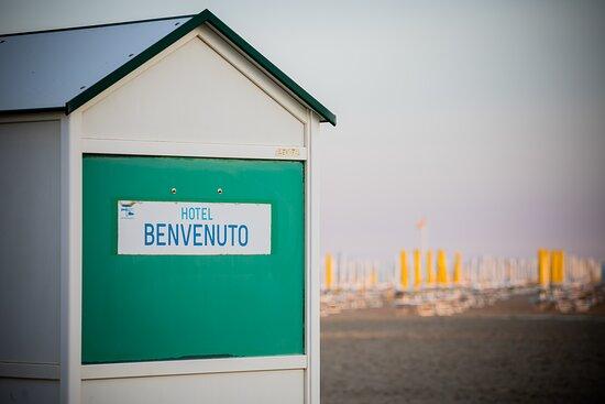 Cabina spogliatoio in spiaggia riservata agli ospiti dell'hotel.