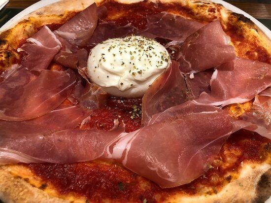 Pizza rossa con prosciutto San Daniele e mozzarella di bufala