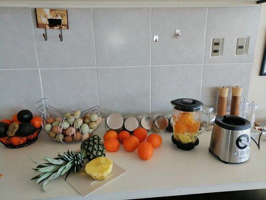 Jugo natural de naranja y piña para el desayuno con huevitos de campo