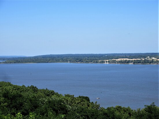 Peoria, IL: The Illinois River: view from Grand View Dr. August 2021