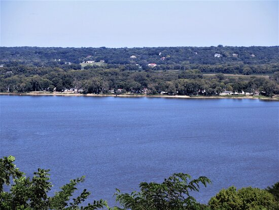 Peoria, IL: The Illinois River: view of the east bank from Grand View Dr. August 2021