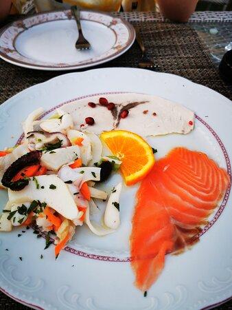 很值得来,海鲜超级新鲜美味,菜量非常大,吃得爆撑!赞👍