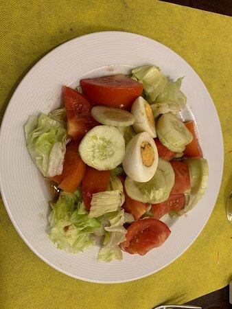 La calidad de los productos del buffet es espectacular, en esta foto, el pepino y el tomate se nota que son frescos y con un sabor intenso. Aliñado con un aceite de oliva virgen extra DOE y un vinagre de Jerez DOE.