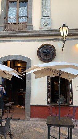 Un lugar muy recomendable para pasar un rato súper agradable y buena comida y vinos mexicanos e internacionales.