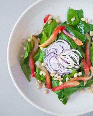 Салат со шпинатом и киноа