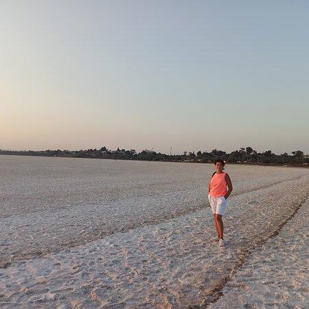 Соленое озеро рядом, высохшее в августе.