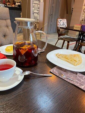 авторский чай со смородиной, сырники, блинчик без начинки
