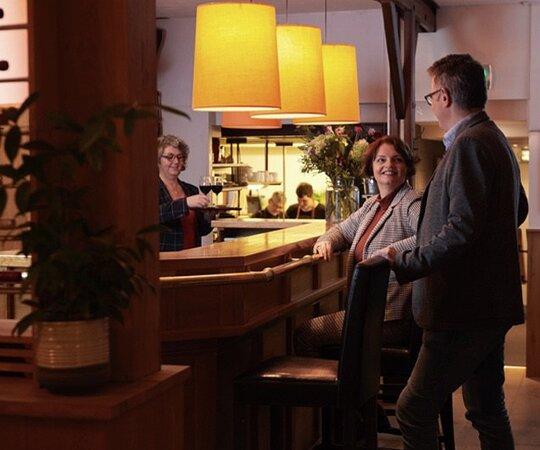De aperitief bar naast de open keuken
