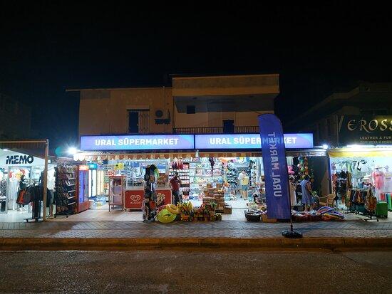 Магазинчик напротив парадного выхода из отеля