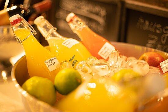 Hausgemachte Limonade mit verschiedenen Geschmacksrichtungen