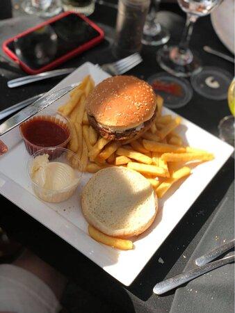 kinder hamburger met frietjes