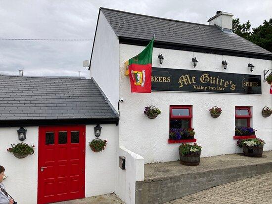 מחוז מאיו, אירלנד: McGuire's pub.  Cnoc na Lobhar Kilcomman  Co Mayo Found this wonderful pub off the beaten track.  Surrounded by breathtaking scenery. Such a warm welcome and we enjoyed it so much we returned two more times.  Toilets absolutely spotless.
