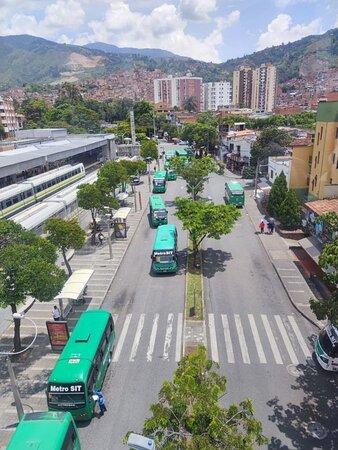 """""""Метро"""" - местный вид общественного транспорта - автобусы, которые передвигаются по специальной отдельной дороге (не полосе!)."""