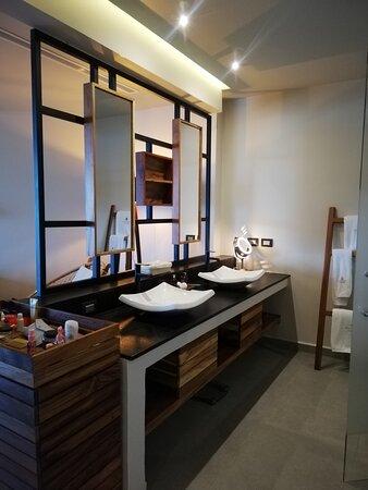Esta área está muy bien equipada, cuenta con jabones, toallas en diferentes tamaños, secadora y hasta báscula