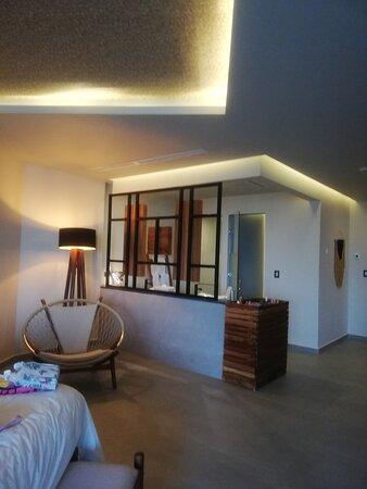 Excelente y suave iluminación en los plafones, le da un ambiente relajado y elegante.
