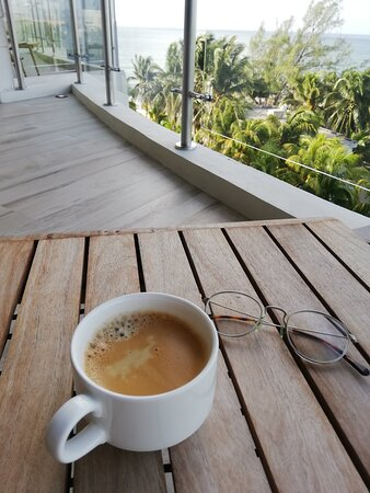 Vista de la terraza al mar, disfrutando de un buen café  *el café de la habitación tiene un costo extra y lo que s encuentra en el mini bar también*