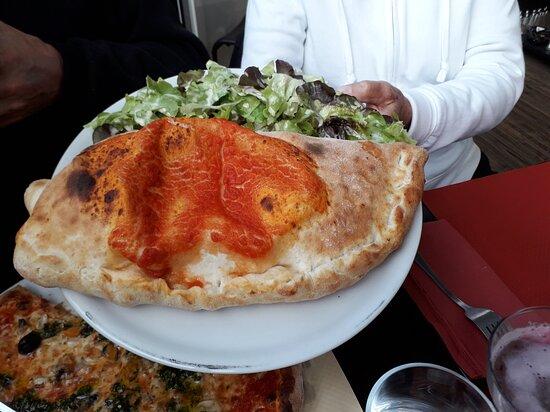 Tres bon dîner: Nous avons dégusté pizza marine, 4 fromages, calzone et demi-pizza salade chèvre chaud. En dessert tiramisu, crema di café pas de photos sorry. Tout est fait maison, il y a une boutique où vous pouvez acheter pâtes fraîches, charcuteries.... Le restaurant se nomme LA STRADA au Péage de Vizille 38220