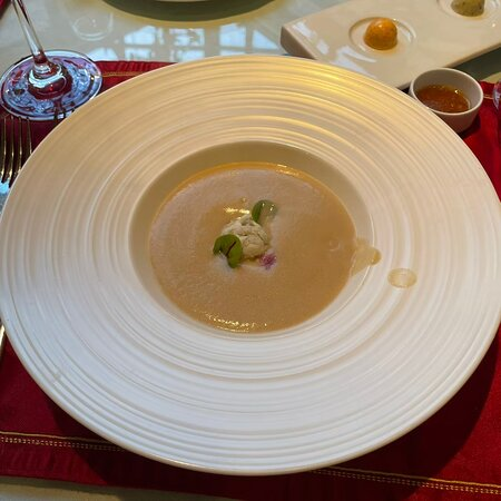 晚餐的烤花椰菜濃湯,上菜時裡面是綠花椰菜凍,加入熱騰騰的白花椰菜湯,攪拌均勻之後非常好喝滑順 這應該可以稱上類似像法餐的料理方式,很高級,味道也很好